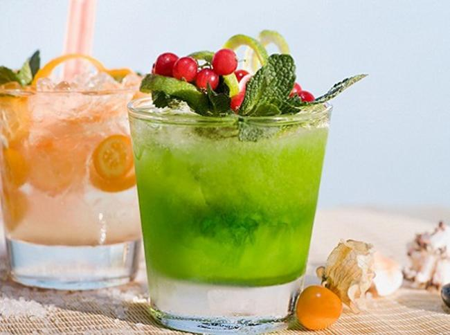 Fruit smoothies combined with green vegetables