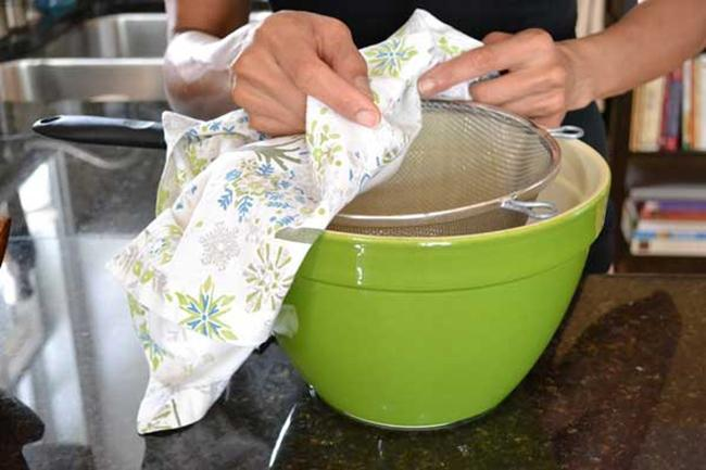 Put the filter cloth and ray into the bowl