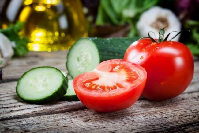 Tomato juice and cucumber drinks evening also help reduce belly fat but also beautiful skin.
