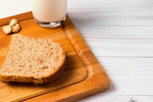 1 cup of milk and bread for breakfast to lose weight with a diet with Herbalife.