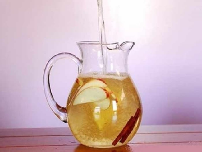 Water apple cider vinegar and lemon detox