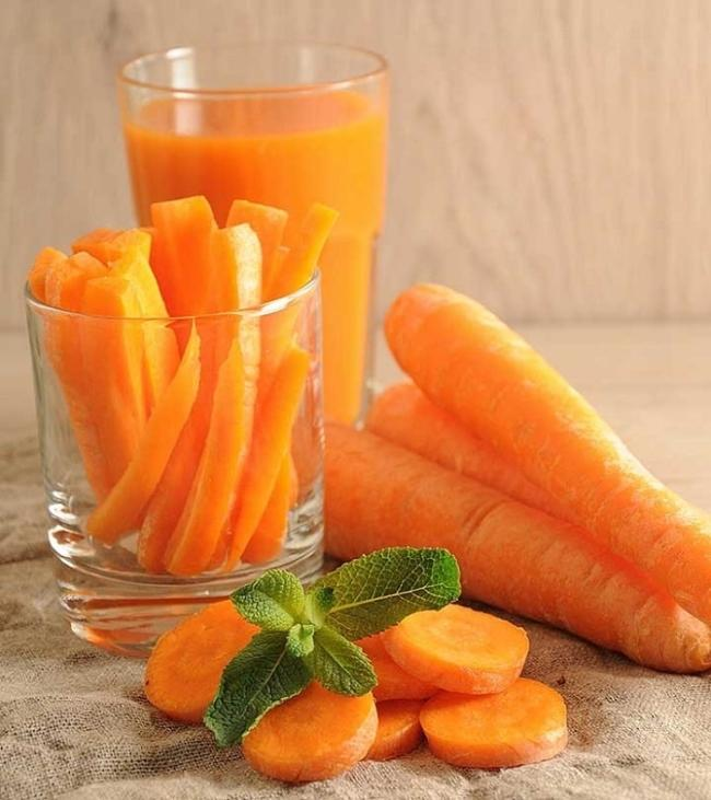 Although drinking carrot juice can help you lose weight, you should not abuse it because it can affect your health.