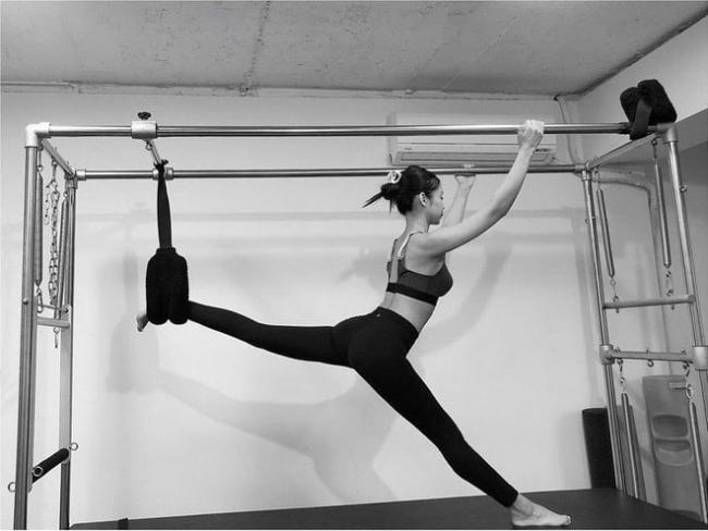 Jennie (Black Pink) practicing Pilates.