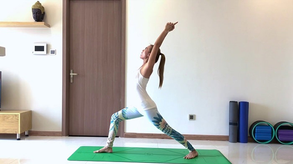 Warrior position 1 in yoga exercises to lose weight, reduce fat.