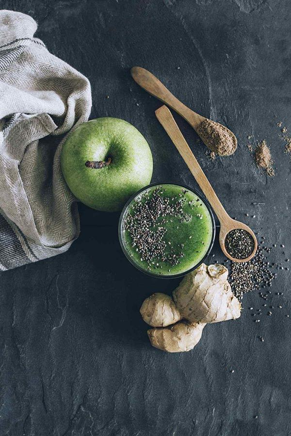 Chia seeds and green apple.