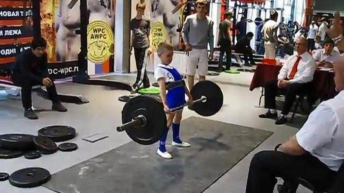 The strongest boy in Russia: 11 years old lifting weights 100kg